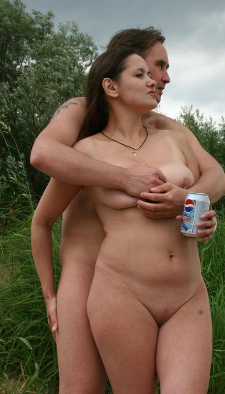 Раздетая мамаша позирует около вместе с нудистами