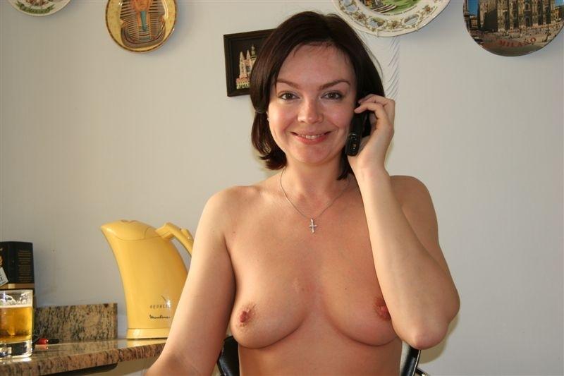Мамочка в домашних условиях бахвалится без одежды прелестями