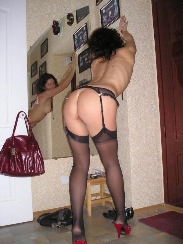 Пьяная развратница щеголяет по комнате в одних чулках