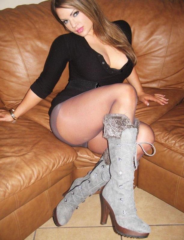 Грудастая Вика в колготках сидит на диване