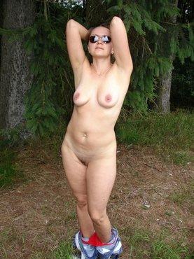 Женщина разделась догола на природе