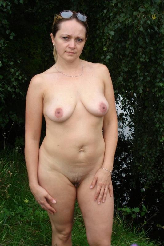 Старая проститутка разделась догола на открытом воздухе секс фото