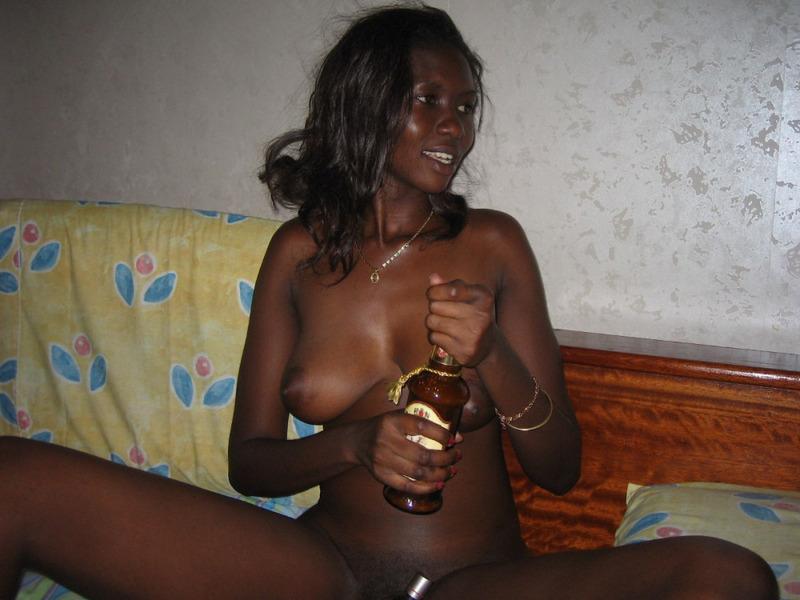 Обнаженная негритоска хочет напиться вечером