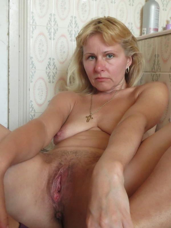 Возбужденная зрелая дама вспомнила молодость и показала киску на диване