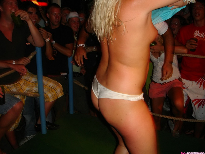 Две пьяные блондиночки мокнут под водой в общественных местах