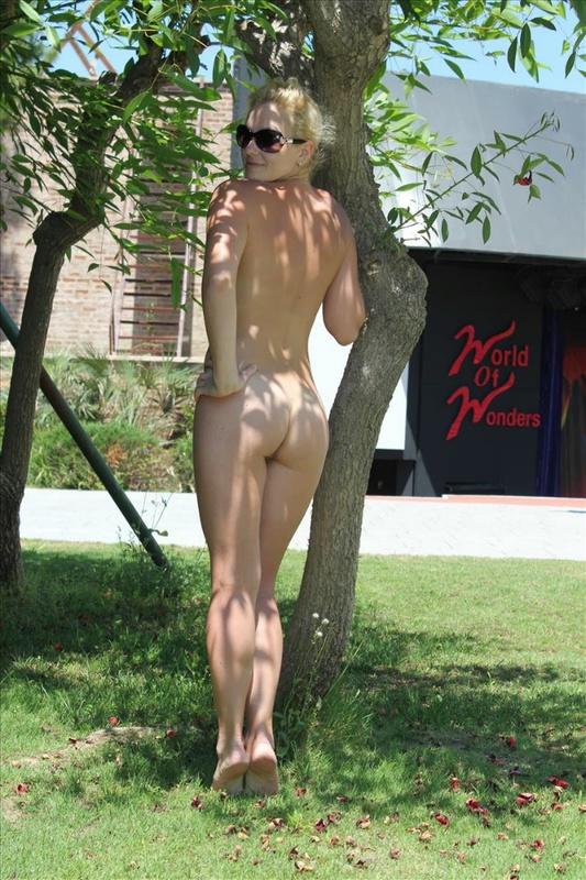 Обнаженная сучка сидит на газоне возле отеля в Турции