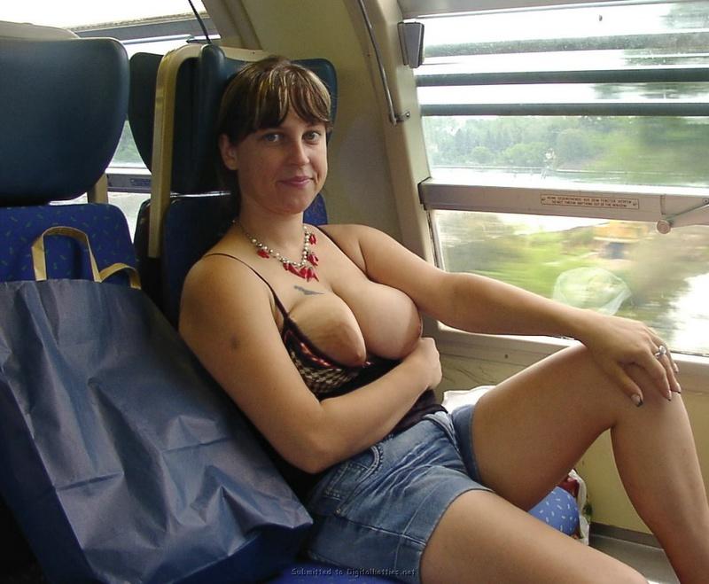 Мамка светит пиздой и обвисшими дойками на железной дороге