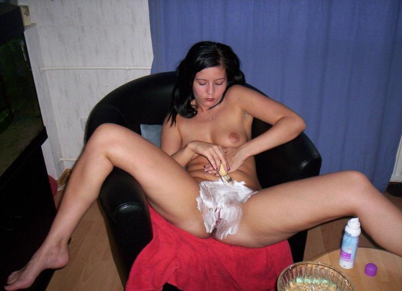 Ирина на тахте трахает себя самотыками в задницу и пилотку секс фото