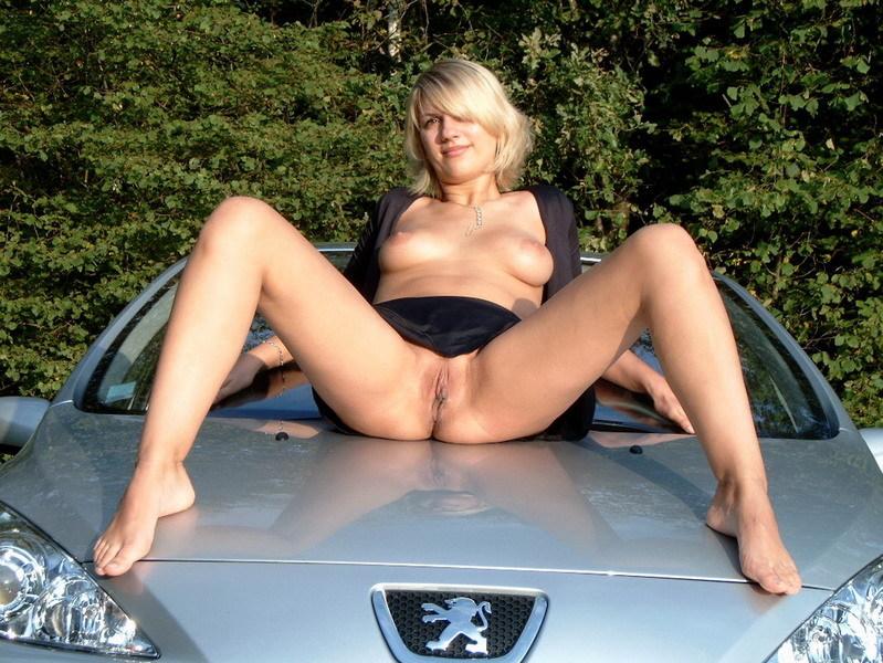 Сестра растопырила ножки на капоте автомобиля