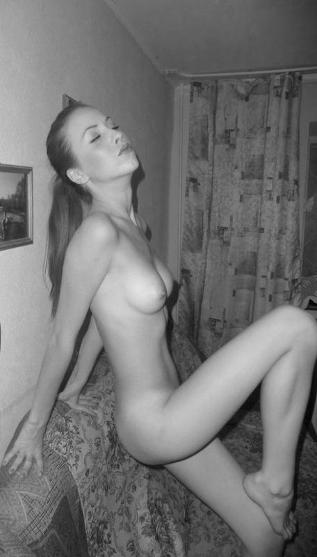 Тощая мамаша голышом присела на диван