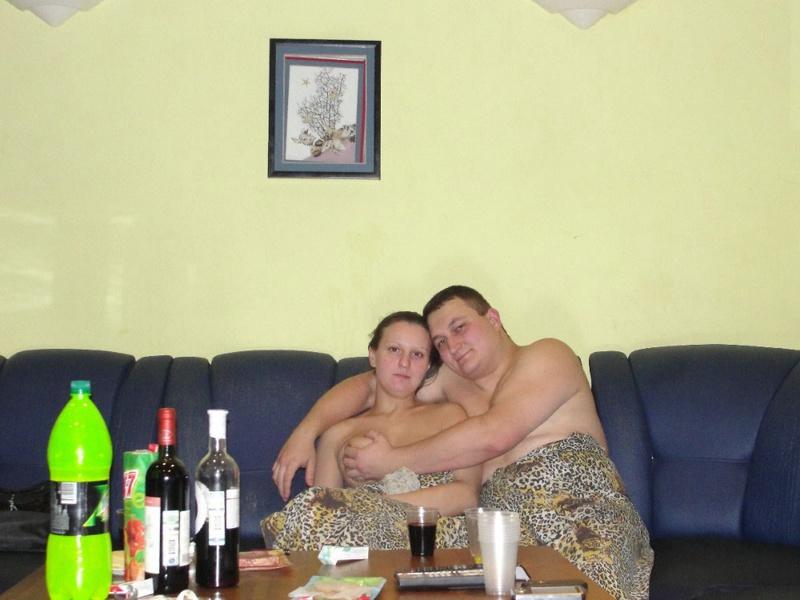 Жена не боится показывать в квартире большие титьки