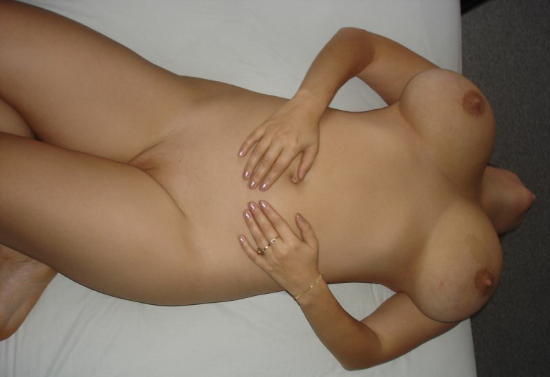 Муж фотографируют груди супруги спящей на постели секс фото