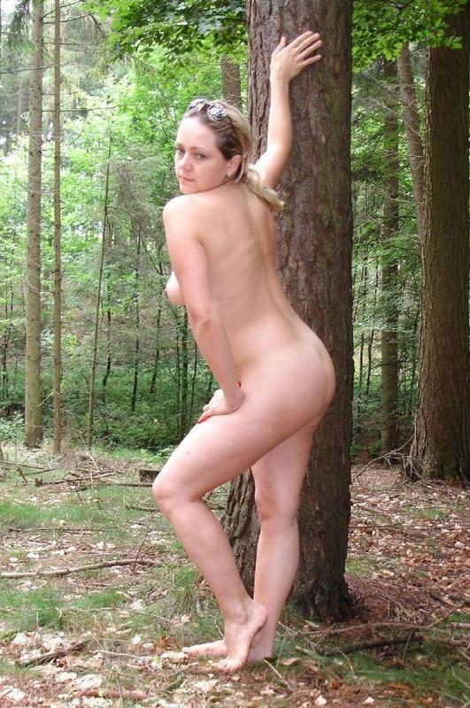 Взрослая симпатяга решила оголиться в лесу