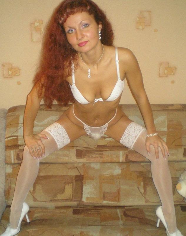 Рыжая мамаша жаждет обольщать надевая на себя белье секс фото