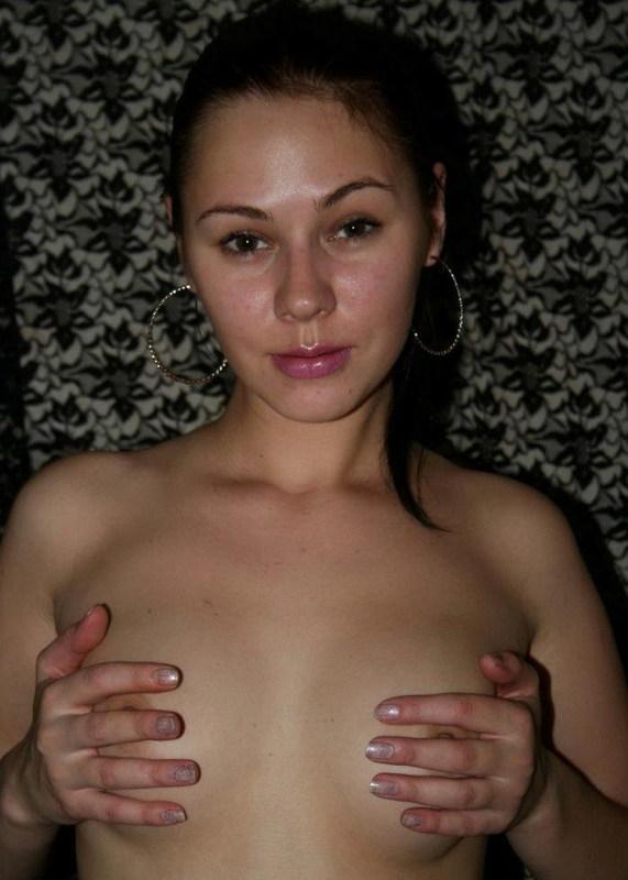 Молодая няшка в комнате снимает с бедер трусики секс фото