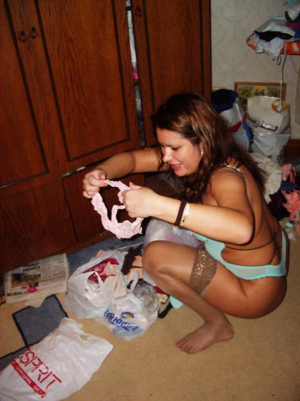 Потаскуха сидя на полу ищет эротическое белье