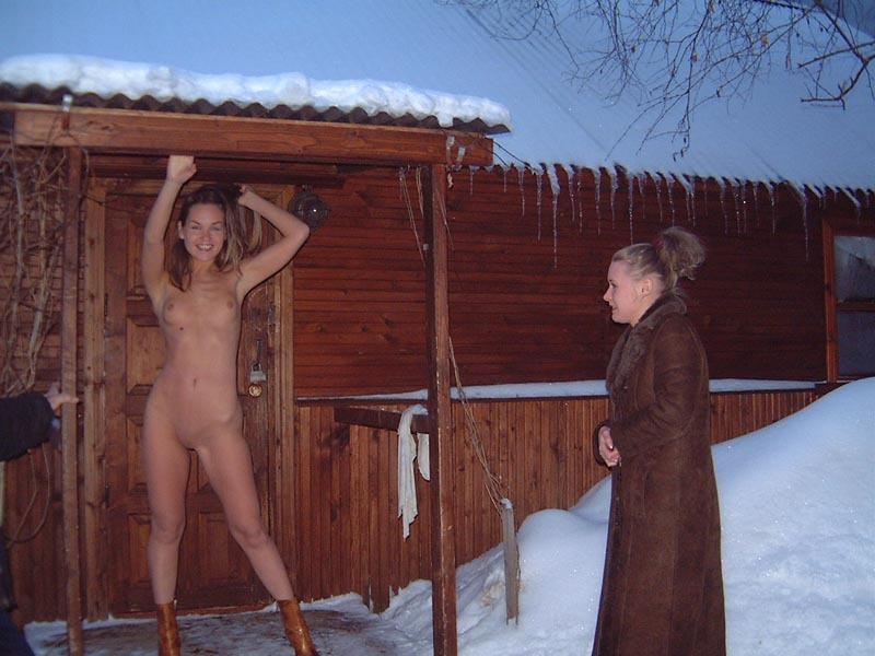 Голая девчонка полностью голая стоит на морозе в деревне