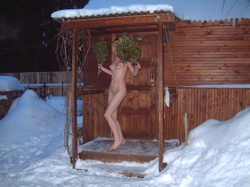 Голая модель полностью голая стоит на морозе в деревне