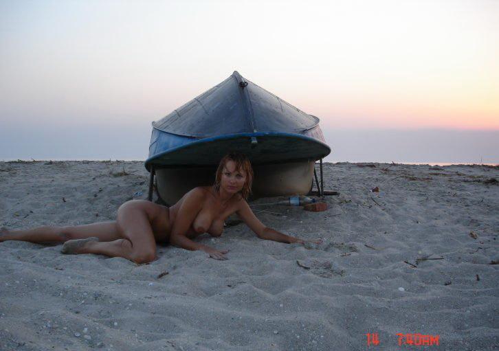 Рыжеволосая давалка без купальника встречает закат на пляже секс фото