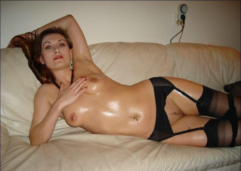 Мамка с горячим торсом намазалась маслом и легла на кушетке секс фото