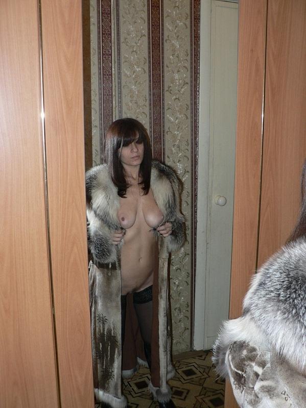 Зрелая Аленка валяется в постели голая