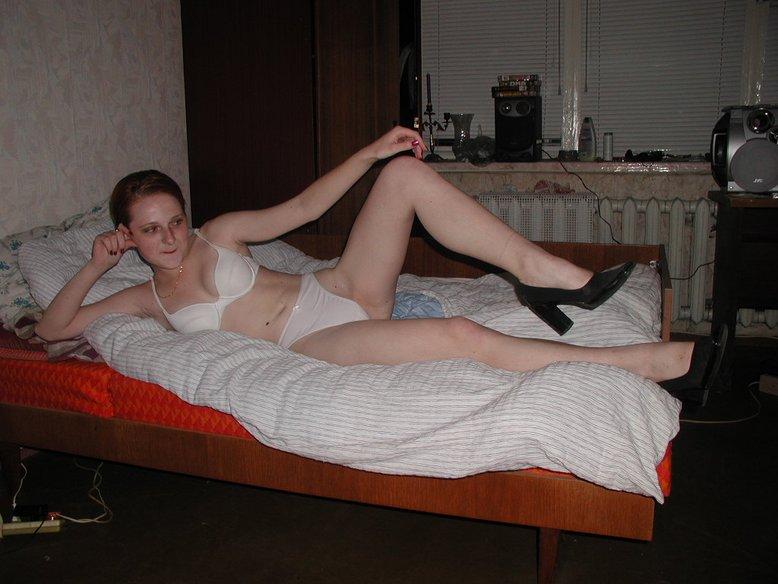 Рыжая блядь хвастаестя фигурой на постели