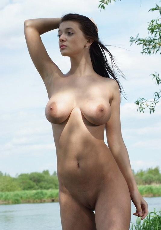 Принцесса проветривает крупные бидоны недалеко от озера