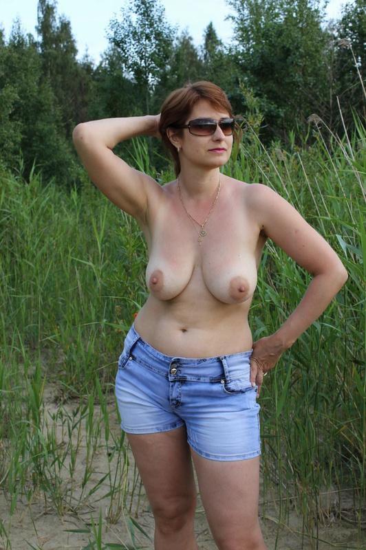 Тетка светит на поляне обвисшими дойками