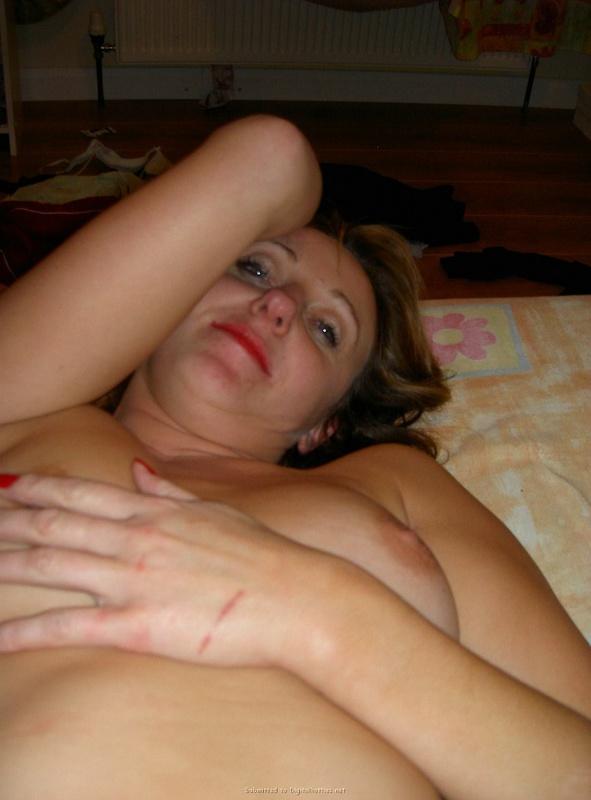 Милфа лижет хуй язычком лежа на лежанке смотреть эротику