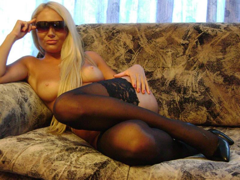 На диване блонда в очках хвастается выбритой мандой