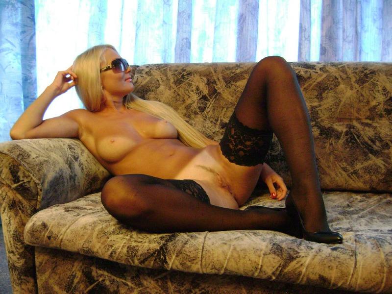 На тахте блондиночка в очках бахвалится бритой вульвой