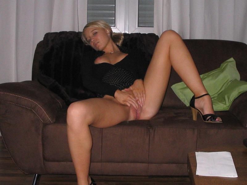 Ленка заводит свою писю сидя на диванчике