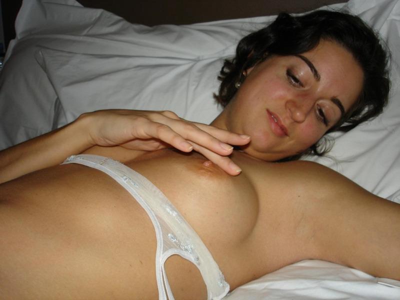 Очкастая бабенка мастурбирует перед оральным сексом