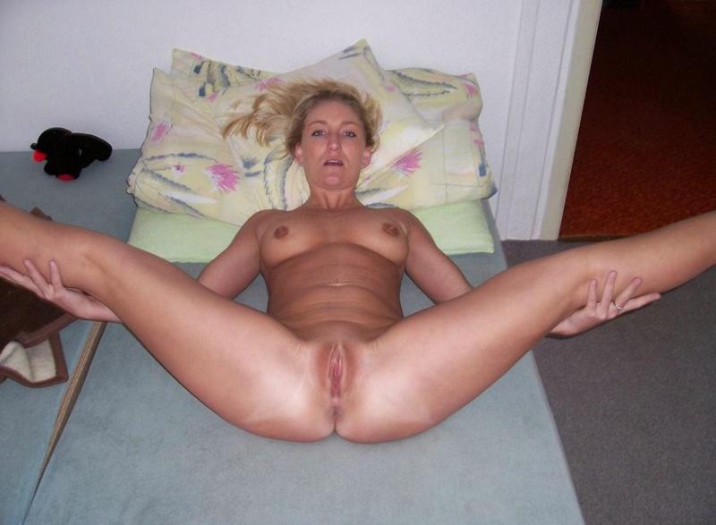 Нагая проститутка показывает влагалище в комнате
