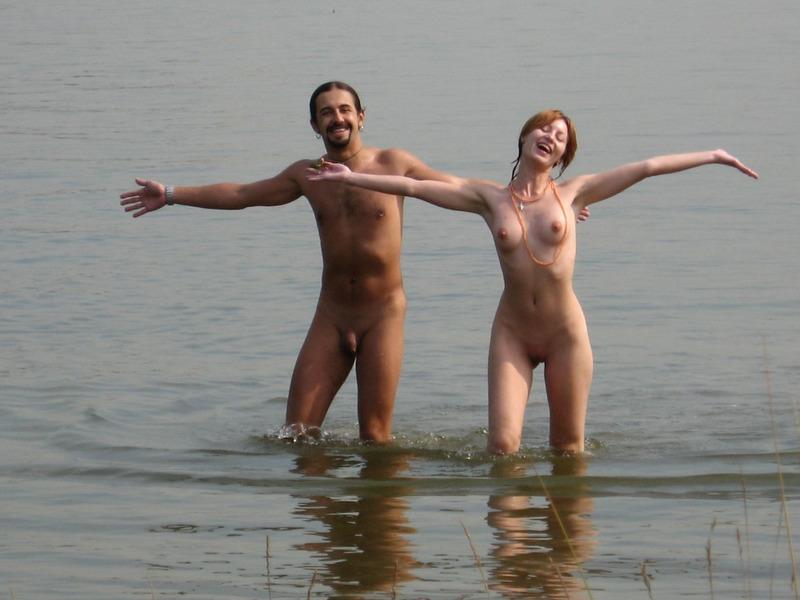 Нудистки проводят свой выходной на реке