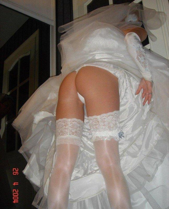 Сексуальная невеста после торжества манит супруга голенькой жопой
