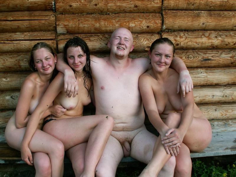 Голые телки отдыхают с мужчиной в Карпатах