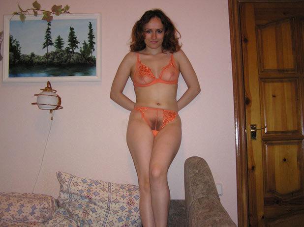 Сидя на рабочем месте рыжуха хвастается лохматым лобком секс фото