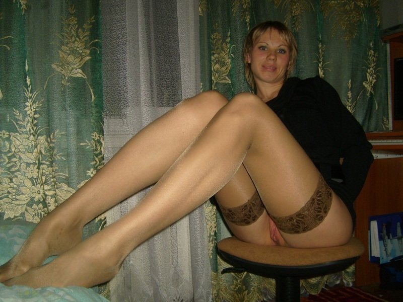 Зрелка в квартире онанирует в чулках секс фото