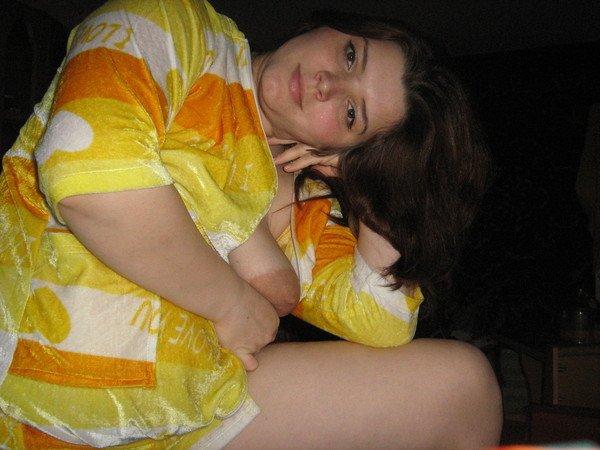 В домашних условиях пухлая тетка блистает громадными сиськами