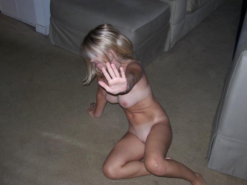 Блондиночка скинула одежду в комнате после вечеринки