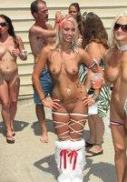 Телки выступают на фестивале голых тел в Индиане 13 фотография