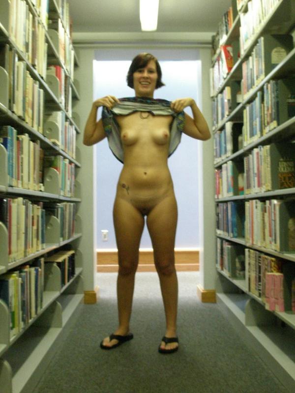 Библиотекарша качественно сосет в уборной