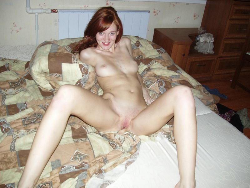 Рыжая милашка голышом залезла на кровать