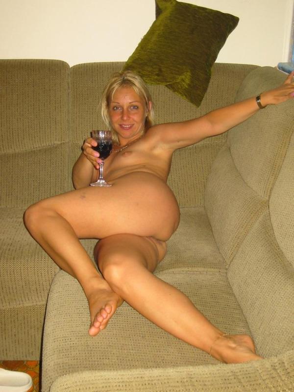 Выпившая женщина лежит голышом на кровати