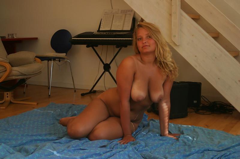 Постелив одеяло на пол, нагая светлая модель с гигантскими титьками начала валяться