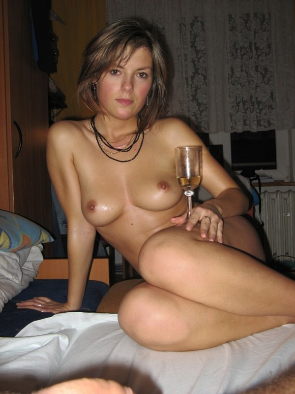 Выпившая Ленка поставила бокал с вином возле сырой писи секс фото
