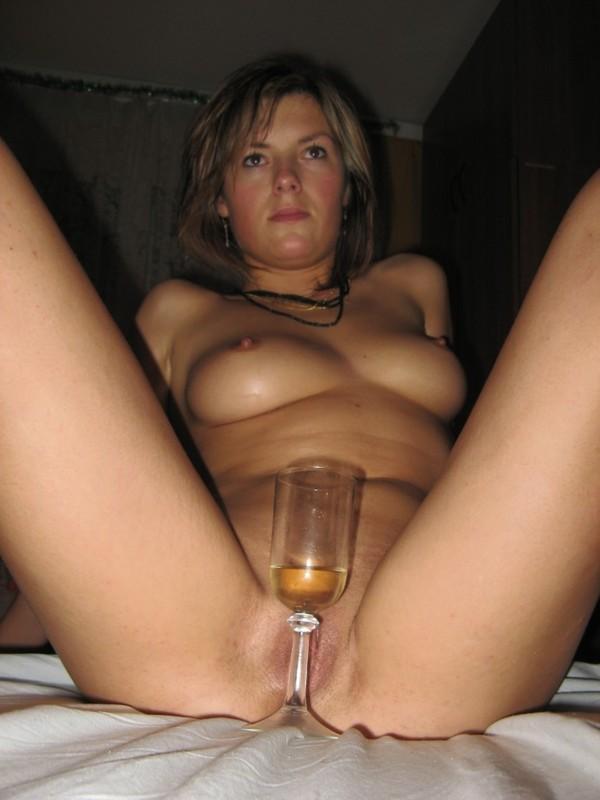 Выпившая Ленка поставила бокал с вином около мокрой вагины
