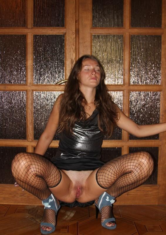Даша развела ножки не снимая с себя юбку