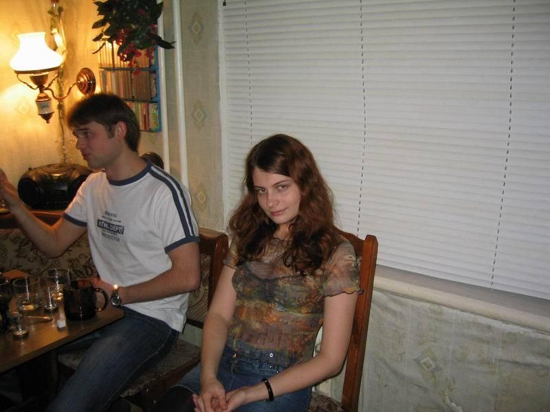 Пара сосок делают минет в чужой квартире